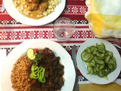 Wir genießen eine typisch ungarische Mahlzeit