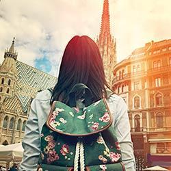 Touristin mit Rucksack vor dem Stephansdom in Wien.